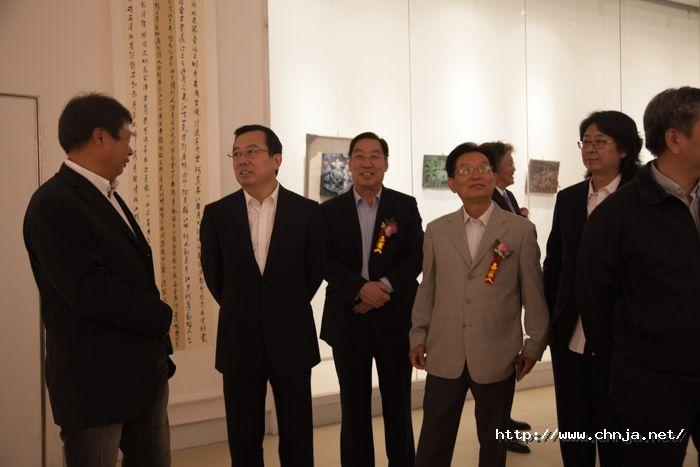 5-青岛市委常委、副市长王家新观看展览作品-271.jpg
